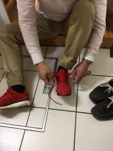 靴を履く浩一
